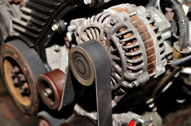 Генератор - это электрическое устройство в автомобиле, которое вырабатывает переменный ток