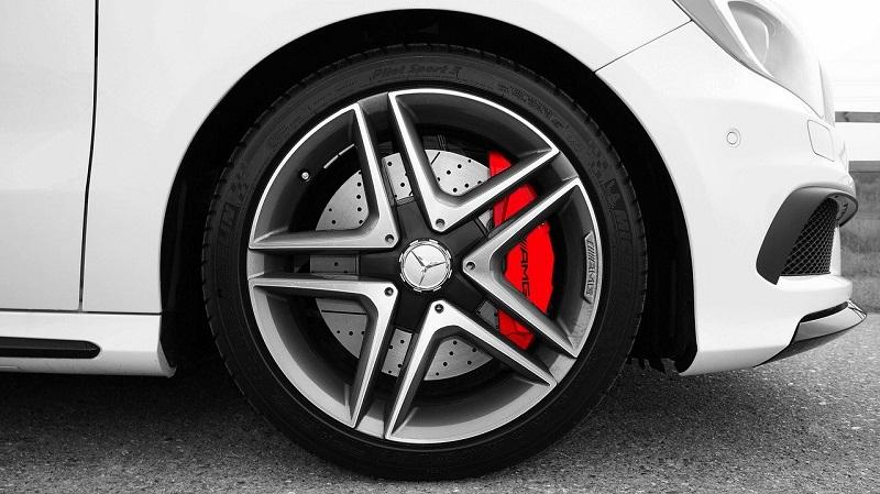 Датчика ABS установлены на передних колесах с дополнительным датчиком, расположенным в области задней оси